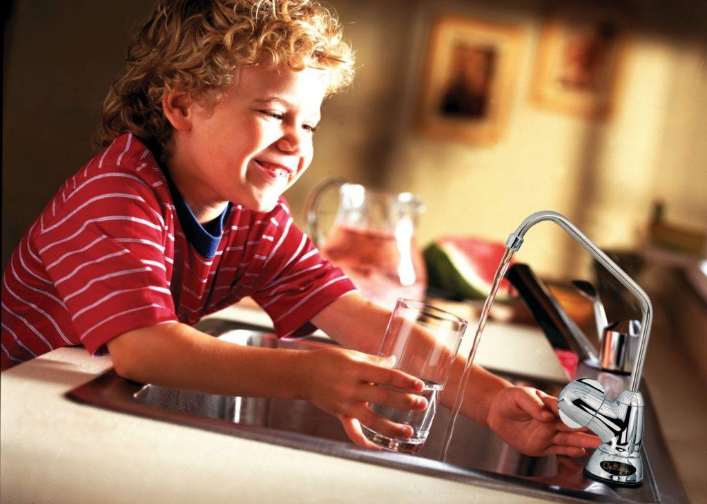Để đảm bảo mua được máy lọc nước chính hãng, chất lượng, việc tìm kiếm một nhà phân phối máy lọc nước đảm bảo uy tín chính là một trong những tiêu chí quan trọng . Dưới đây là những tiêu chí giúp người tiêu dùng có thể tìm chọn được nhà phân phối máy lọc nước hoàn hảo. 1. Chọn đơn vị phân phối máy lọc nước đảm bảo kiểm chứng được nguồn gốc và xuất xứ của sản phẩm Giữa thị trường máy lọc nước muôn hình vạn trạng, các loại máy lọc nước nhái giả, kém chất lượng tràn lan thì việc đảm bảo được nguồn gốc xuất xứ của sản phẩm là một trong những điều quan trọng trong việc đảm bảo được chất lượng của sản phẩm. Đối với các thương hiệu máy lọc nước nhập khẩu như Geyser - nhập khẩu từ Nga, để kiểm tra được nguồn gốc xuất xứ của sản phẩm cần yêu cầu các đơn vị phân phối cung cấp các giấy tờ chứng từ chứng minh nguồn gốc nhập khẩu như : CO, CQ… và các cách thức khác để check mã, xác nhận nguồn gốc thực sự của thiết bị. 2. Chọn đơn vị phân phối máy lọc nước đảm bảo được chất lượng và hiệu quả của sản phẩm Tất nhiên khi tìm mua bất cứ sản phẩm máy lọc nước nào chúng ta cũng đều cần chú ý nhiều tới chất lượng của máy lọc nước, không chỉ là khả năng lọc nước tốt mà còn cả tính an toàn và tiện lợi của dòng sản phẩm mà bạn chọn. Để kiểm tra chất lượng lọc của máy lọc nước, người dùng có thể yêu cầu nhà phân phối máy lọc nước cung cấp các kết quả xét nghiệm nước sau lọc hoặc lấy mẫu nước sau lọc từ thiết bị để xét nghiệm tại Viện Hóa học Việt Nam (Hà Nội) hoặc Viện Pasteur (tại Tp.Hồ Chí Minh) 3. Chọn đơn vị phân phối máy lọc nước có giá thành trùng khớp hoặc không chênh lệch quá nhiều so với giá niêm yết tại nhà phân phối chính thức. Hầu hết các đại lý phân phối máy lọc nước uy tín, chính hãng thường phân phối máy lọc nước ra thị trường với một mức giá chung được niêm yết thao nhà phân phối chính thức và không được phép phát giá trên thị trường. Chính vì vậy sản phẩm chính hãng sẽ có giá thành không quá rẻ, với những trường hợp máy lọc nước được bán với giá rẻ hơn quá nhiều so với giá 