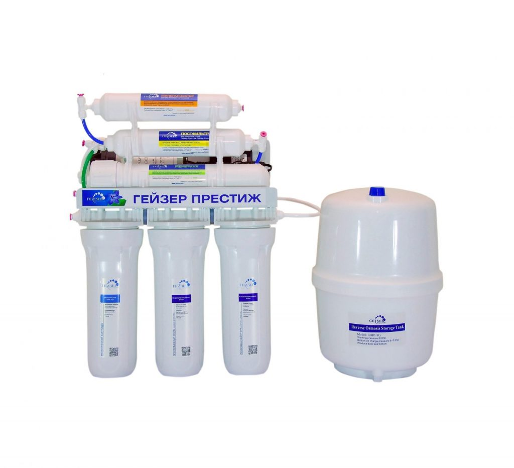 Nguồn nước giếng khoan là nguồn nước có chất lượng khá thấp so với mặt bằng chung và thường gặp phải các vấn đề như nước nhiễm cặn, nhiễm phèn, asen, nước có hàm lượng kim loại nặng cao, có màu vàng, vị tanh…. Chính vì vậy để có thể sử dụng nguồn nước này vào việc ăn uống hàng ngày thì việc sử dụng các thiết bị lọc chuyên dụng để đảm bảo nguồn nước được an toàn nhất cho sức khỏe. Dưới đây là một vài mẹo hay sẽ giúp bạn chọn mua máy lọc nước tốt cho nguồn nước giếng khoan. 1., Đánh giá về nguồn nước giếng khoan của gia đình Thông thường các nguồn nước giếng khoan ngầm đào lên đa phần bị nhiễm cứng, nước có chứa hàm lượng Mg, Ca khá cao, chưa kể nước giếng khoan dễ bị nhiễm phèn, chịu ảnh hưởng trực tiếp từ các chất thải, rác thải của nhà máy, cơ sở sản xuất công nghệp, làng nghề….. vì vậy việc trang bị thiết bị lọc nước chất lượng là điều hết sức cần thiết. Tuy nhiên để chọn máy lọc nước thích hợp cho nước giếng khoan, người dân cũng cần cân nhắc tìm mua máy lọc nước phù hợp, chọn công nghệ lọc nước đúng để đảm bảo loại sạch toàn bộ các tác nhân có hại, gây bệnh có bên trong nguồn nước. 2. Máy lọc nước RO – Giải pháp lọc nước thích hợp nhất dành cho nguồn nước giếng khoan Đối với nguồn nước giếng khoan nếu muốn loại sạch toàn bộ các ion Magie cùng với ion Canxi có trong nước, loại sạch các tác nhân gây bệnh có trong nguồn nước mà không cần đun sôi thì máy lọc nước RO là giải pháp phù hợp nhất mà chúng ta có thể sử dụng. Máy lọc nước RO với công nghệ thẩm thấu ngược, màng lọc RO với kích thước siêu nhỏ lên tới 0,0001 micron đảm bảo loại bỏ hoàn toàn được cặn bẩn, vi khuẩn, các hợp chất gây hại trong nước đảm bảo chất lượng nước đầu ra là nước tinh khiết sạch và an toàn 100%. 3. Nước giếng khoan không chỉ sạch mà còn có lợi cho sức khỏe với máy lọc nước RO Geyser Prestige PM Để phục vụ nhu cầu lọc nước sinh hoạt với nguồn nước giếng khoan có chất lượng kém, nhãn hàng Geyser đã cho ra mắt máy lọc nước RO Geyser Prestige PM - dòng máy lọc nước RO thế hệ mới với tiêu chí 