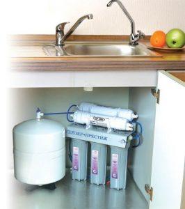 Để chọn máy lọc nước tốt nhất cho gia đình thì ngoài yếu tố giá cả, chất lượng chúng ta cũng cần chọn máy lọc nước có thiết kế nhỏ gọn, đẹp và tiện dụng, công nghệ lọc hiện đại và quan trọng nhất là độ bền của máy cao để đảm bảo sử dụng được lâu dài. Dưới đây là một số cách chọn mua máy lọc nước tốt cho gia đình mà bạn có thể tìm hiểu. 1., Máy lọc nước có khả năng lọc tốt Khả năng lọc nước chính là tiêu chí hàng đầu chúng ta cần quan tâm khi tìm mua máy lọc nước, bởi khả năng lọc nước có thể ảnh hưởng trực tiếp tới chất lượng nước lọc, kéo theo đó là ảnh hưởng tới sức khỏe người dùng. Thông thường những máy lọc nước có chất lượng tốt phải đảm bảo lọc sạch được các tạp chất có hại cho cơ thể bên trong nước, bao gồm amoni, asen, kim loại nặng, thuốc trừ sâu, vi khuẩn, virus cùng các chất độc hại khác…. Để đảm bảo nguồn nước lọc đầu ra đạt đủ tiêu chuẩn nước ăn uống do Bộ Y Tế đặt ra. Chính vì vậy trước khi mua máy lọc nước, chúng ta nên cân nhắc về chất lượng nguồn nước, từ đó chọn máy lọc nước phù hợp có khả năng lọc nước tốt nhất. Máy lọc nước Geyser được xem là thương hiệu máy lọc nước chất lượng đảm bảo với các dòng máy đa dạng như máy lọc nước RO, Nano, máy lọc nước tích hợp hai công nghệ…. hoàn toàn đáp ứng được mọi nhu cầu của người dùng và phù hợp với nhiều nguồn nước khác nhau. 2. Máy lọc nước cần đảm bảo an toàn, tiết kiệm Một máy lọc nước tốt luôn cần đảm bảo độ an toàn và tiết kiệm tối đa của sản phẩm, trong đó độ an toàn chính là chất lượng nước lọc an toàn, đảm bảo tốt cho sức khỏe. Máy lọc nước tốt trong quá trình sử dụng cần tiết kiệm chi phí tối đa cho người dùng, bao gồm tiết kiệm chi phí điện năng, tiết kiệm chi phí nước thải, tiết kiệm chi phí phát sinh trong quá trình sử dụng như bảo trì, bảo dưỡng, thay lõi khi dùng máy lọc nước một thời gian. Có thể nói, máy lọc nước Nano Geyser không dùng điện, không thải nước, chi phí bảo trì, bảo dưỡng và thay lõi hạn chế, tuổi thọ lõi lọc lâu dài chính là sự lựa chọn hàng đầu của người dùng hiện nay. 3. Máy 
